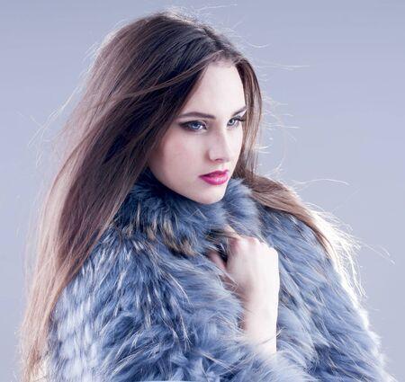 manteau de fourrure: Hiver de la mode femme dans un manteau de fourrure.