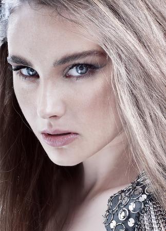 rocker girl: Retrato de la muchacha de la belleza con maquillaje. Estilo rockero.
