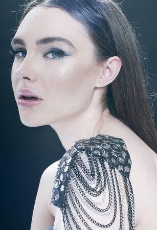 rocker girl: Retrato de la muchacha de la belleza con maquillaje. Estilo Rocker