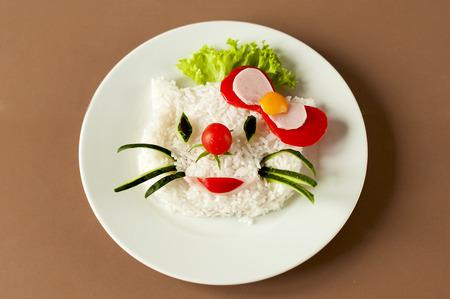 salad in plate: comida para ni�os con arroz en la placa blanca.