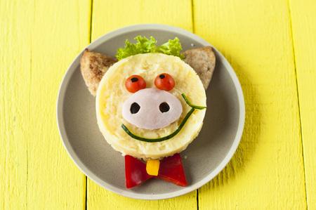 pure de papas: comida creativa para el niño. Cerdo cocinado puré de patatas en la placa.
