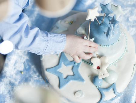 fondant fancy: childrens hands in birthday cake