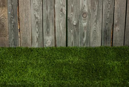 houten planken met kunstmatig groen gras.
