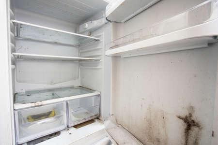 Vieux réfrigérateur sale utilisé avec de la moisissure, de la jonque âgée Banque d'images
