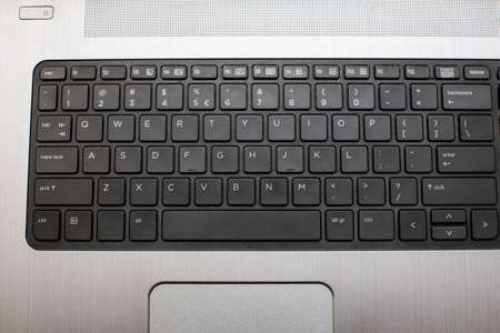 Nahaufnahme einer schwarzen Tastatur eines modernen Laptops. Standard-Bild