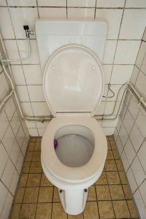 Nahaufnahme schmutzige alte Toilette mit Wasserspülung im Haus, altes Design