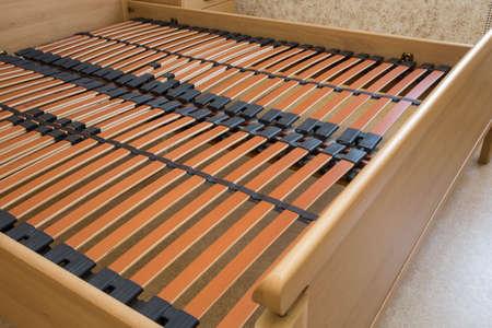 Holzelemente Doppelbett Lattenrost, Bettrahmen Nahaufnahme Standard-Bild