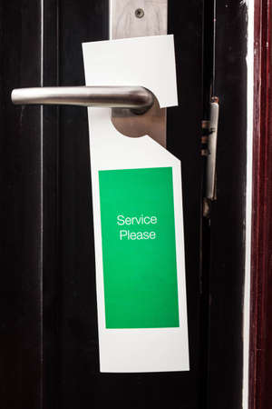 label on a door with writing service please in a hotel Banco de Imagens