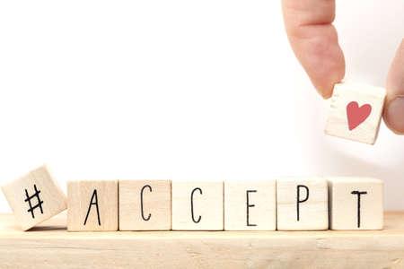 Cubes en bois avec un hashtag et le mot Accepter, concept de médias sociaux près d'un fond blanc