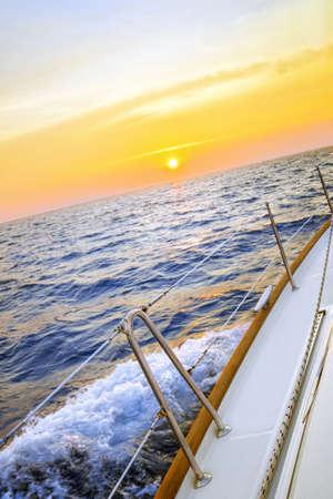 olas de mar: Navegación en la puesta del sol Foto de archivo