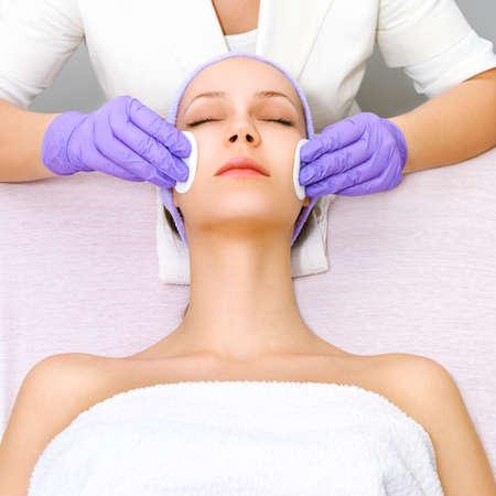 Mujer joven que recibe terapia de belleza Foto de archivo - 65957348
