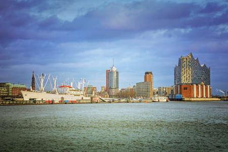 함부르크 항구, 엘베에서의 전망 스톡 콘텐츠