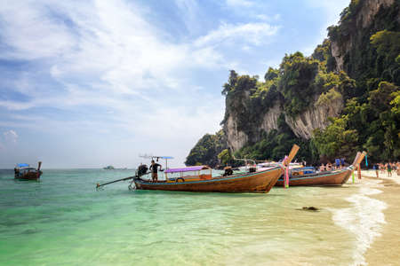 View to the famous Monkey Beach with longtail boats and tourists, on Phi Phi Don island, Phi Phi Islands, Krabi Thailand 스톡 콘텐츠
