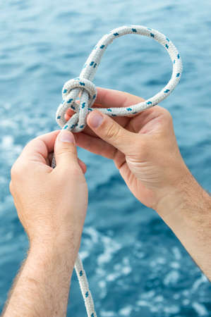 Making of nautical knot with sea Stockfoto