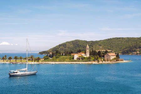 Prirovo peninsula with Franciscan monastery, Vis Bay, Croatia Banque d'images - 138456102