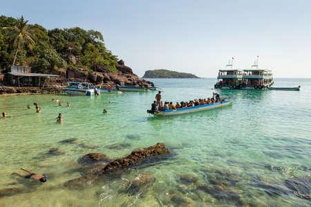 Fingernail island, Vietnam - January 22nd 2020: Tourists arriving by boat to the Fingernail island (vietnamese: Hon Mong Tay), An Thoi archipelago, Vietnam Banque d'images - 143991983