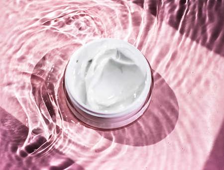 Crema di bellezza idratante, cosmetici per la cura della pelle e spa - Prodotto anti-età, cura del corpo di lusso e concetto di scienza organica Archivio Fotografico
