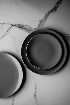 Black empty plate on marble, flatlay - stylish tableware, table decor and food menu concept. Serve the perfect dish Banque d'images - 121271924