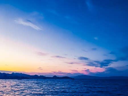 Vacaciones de verano, fotografía móvil y concepto de noche costera: puesta de sol en la costa, fondo de hermosas vistas al mar