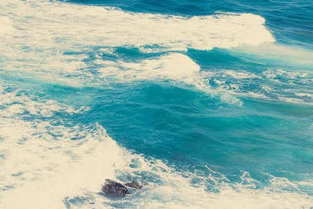 Concepto de naturaleza, vacaciones y verano: vista de la costa del océano, destino perfecto para viajes y vacaciones