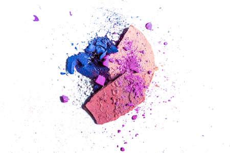 Textura de belleza, producto cosmético y arte del concepto de maquillaje - Paleta de sombra de ojos triturada y primer plano de polvo aislado sobre fondo blanco. Foto de archivo