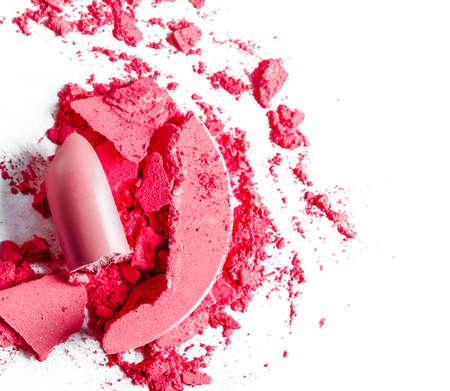 Piękno tekstury, produkt kosmetyczny i sztuka makijażu koncepcja - zgniecione cienie do powiek, szminka i proszek na białym tle