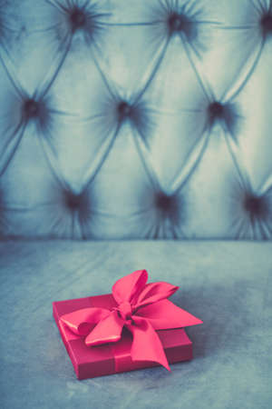 生日礼物,商店促销和爱的庆祝概念-复古豪华节日粉色礼盒丝带和蝴蝶结,圣诞节或情人节装饰