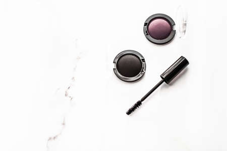 Cosmetic branding, blog and girly concept - Eyeshadows, black liner and mascara on marble background, eye shadows cosmetics as glamour make-up products for luxury beauty brand, holiday flatlay design 版權商用圖片 - 133462563