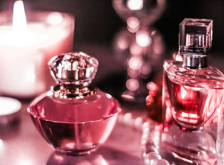 Parfumerie, marque de cosmétiques et concept de luxe - Flacon de parfum et parfum vintage sur une coiffeuse glamour la nuit, bijoux en perles et eau de parfum comme cadeau de vacances, cadeau de marque de beauté de luxe