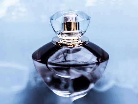 Parfümerie-, Kosmetik- und Markenkonzept - Parfümflasche unter blauem Wasser, frischer Küstenduft als Glamour-Duft und Eau de Parfum-Produkt als Weihnachtsgeschenk, Luxus-Beauty-Spa-Markengeschenk