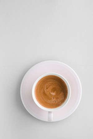 Menu de boissons, recette d'espresso italien et concept de magasin bio - Tasse de café français chaud comme boisson pour le petit-déjeuner, tasses plates sur fond blanc