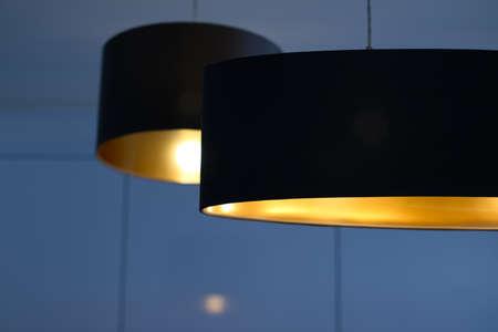 Projekt wnętrz, lampy wewnętrzne i koncepcja elektryczności - Złota lampa w pokoju, eleganckie oświetlenie nowoczesnego wystroju domu Zdjęcie Seryjne