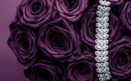 Marca de lujo, moda glamorosa y concepto de compras boutique: pulsera de joyería de diamantes de lujo y flores de rosas púrpuras, regalo de amor en el día de San Valentín y diseño de fondo de vacaciones de la marca de joyería Foto de archivo