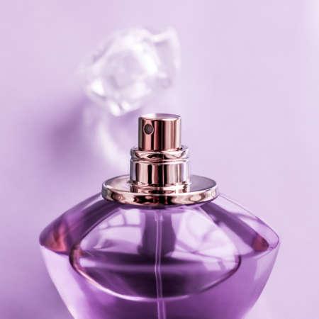 Concept de parfumerie, de spa et de marque - Flacon de parfum violet sur fond brillant, parfum floral doux, parfum glamour et eau de parfum comme cadeau de vacances et design de marque de cosmétiques de beauté de luxe