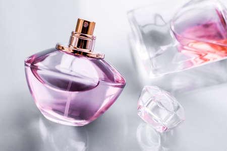Concepto de perfumería, spa y marca: frasco de perfume rosa sobre fondo brillante, aroma floral dulce, fragancia glamour y eau de parfum como regalo de vacaciones y diseño de marca de cosméticos de belleza de lujo