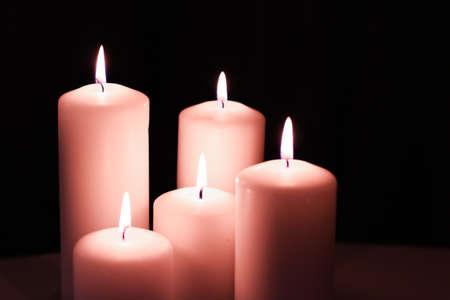 Decorazione, branding e concetto di spa - Candele floreali rosa aromatiche impostate di notte, sfondo di Natale, Capodanno e vacanze, decorazioni per la casa di lusso di San Valentino e design del marchio per le festività natalizie