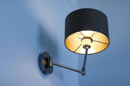 Innenarchitektur, Innenlampen und Stromkonzept - Goldene Lampe in einem Raum, elegante moderne Wohnkulturbeleuchtung Standard-Bild