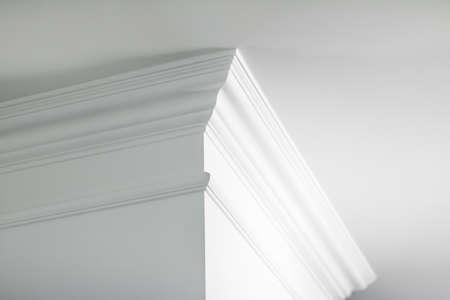 Hausrenovierung, Inneneinrichtung und Immobilienkonzept - Deckendetail, Innenarchitektur und architektonischer abstrakter Hintergrund formen