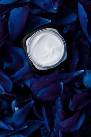 Cosmetic branding, moisturizing and anti-age - Luxury face cream moisturizer for facial skin on blue flower background, floral essense, spa cosmetics and beauty emulsion for skincare brand product Stockfoto