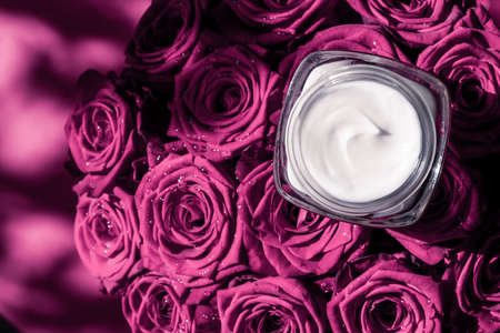 Luxe cosmetics, branding and anti-age concept - Face cream skin moisturizer on pink roses flowers, luxury skincare cosmetic product on floral background as beauty brand holiday flatlay design Stockfoto
