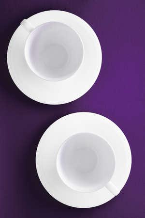 Concept de menu de cuisine, de table et de boissons - Vaisselle de vaisselle blanche, tasse vide sur fond plat violet Banque d'images