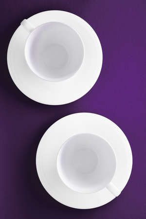 Concepto de menú de cocina, decoración de mesa y bebidas: juego de vajilla de vajilla blanca, taza vacía sobre fondo morado flatlay Foto de archivo