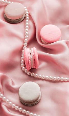 Concept girly, boulangerie et image de marque - Bijoux macarons et perles sucrés sur fond de soie, bijoux chics parisiens, dessert français et macaron à gâteaux pour marque de confiserie de luxe, cadeau de vacances