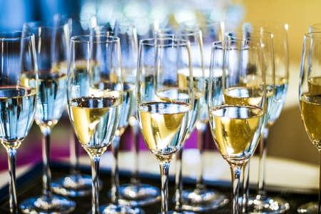 Boissons, célébration et concept de luxe - Verres de champagne et de vin mousseux servis sur un plateau lors d'un événement caritatif Banque d'images