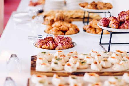 Gebäckbuffet, serviert bei Wohltätigkeitsveranstaltungen, süße Speisen und Desserts am Tisch Standard-Bild