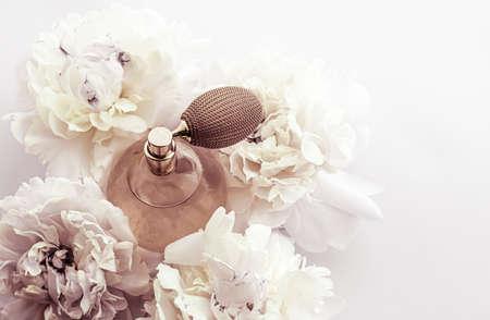 Retro-Duftflasche als Luxusparfümprodukt auf dem Hintergrund von Pfingstrosenblüten, Parfümwerbung und Beauty-Branding-Design Standard-Bild