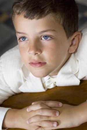 bambini pensierosi: Ragazzo pregando durante la sua prima messa di comunione