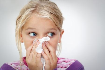 enfant malade: Fille soufflant son nez espace pour le texte horizontal