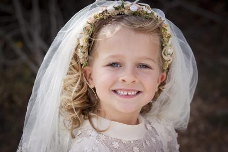 première communion: Un jeune enfant fait sa première communion