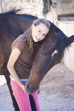 Una adolescente con su caballo. photo